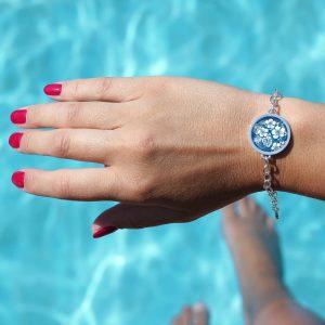 Armband mit einem tropischen Blumenmuster Hibiskus