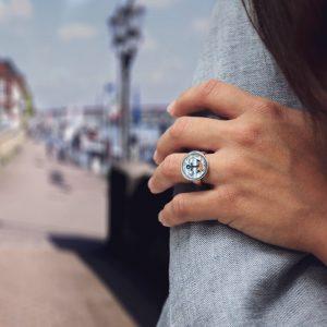 Ring mit einem Anker, Rosen und Schmetterlingen als Motiv
