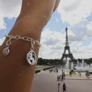Charmarmband mit einem Charm, Weltkarte als Motiv